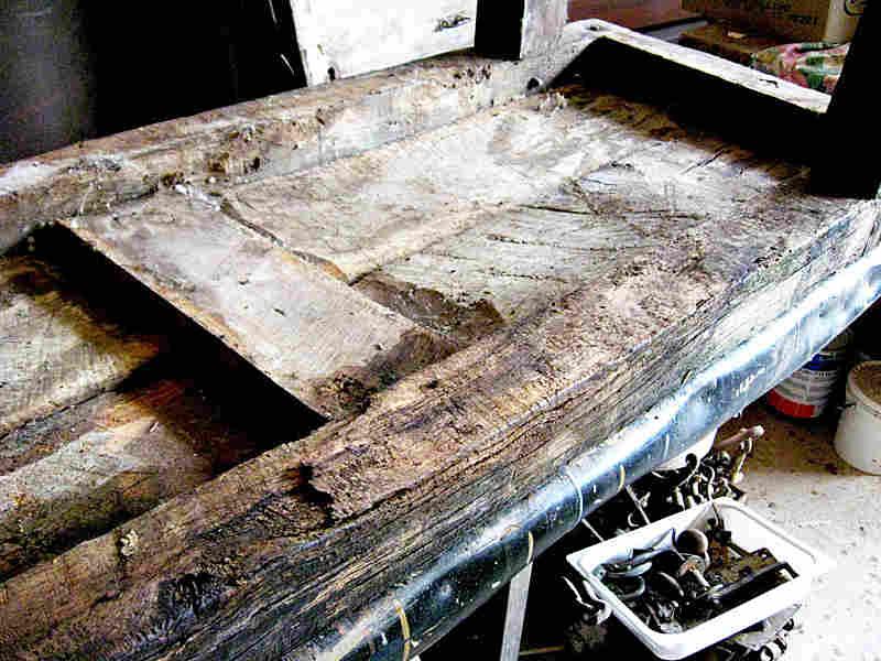 Banco antico da falegname nella vista inferiore del piano