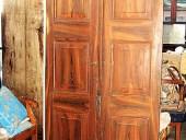 Bella porta antica a due battenti decorata a pennello a finto legno