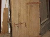 Grossa anta antica rustica in quercia, lato esterno.