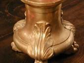 Coppia di candelieri dorati a foglia d'oro.