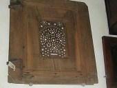 2)Anta (o sportello) di un parlatorio di un convento di clausura.
