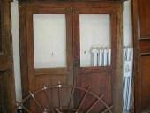 1) Nicchia a muro in legno antico; stipo a giorno con vetri.