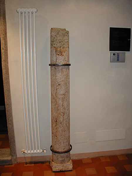 2) Una antica colonna rotta, ricollocata per arredare.