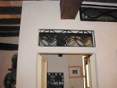 3) Piccolo sopraluce in ferro riutilizzato sopra ad una porta laccata.