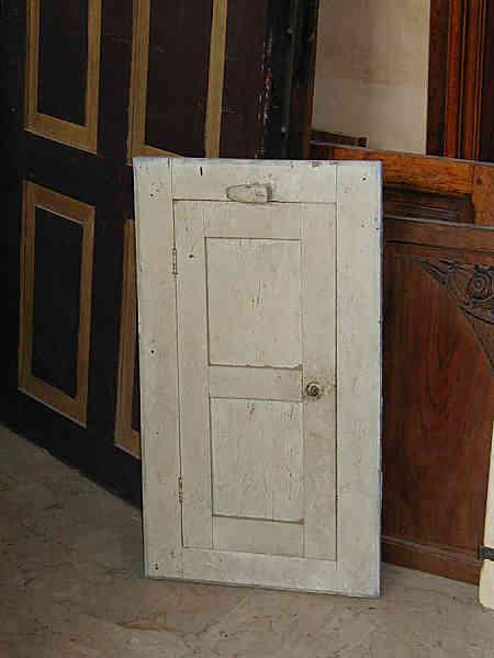 Il piccolo stipo antico prima del restauro.