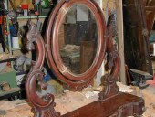 Specchiera durante il restauro.