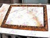 Cornice antica dorata, laccata e marmorizzata dopo il restauro