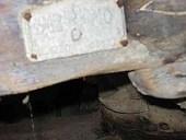 2)Una delle targhette del carro antico