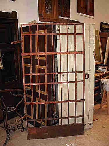Porta di cella antica in ferro