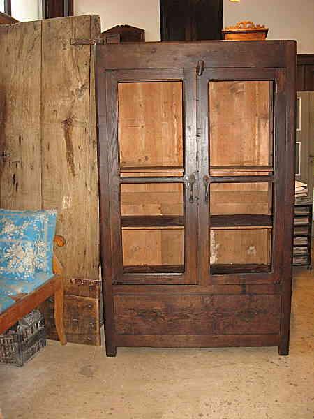 Vecchio armadio da campagna; la credenza a rete antica, pulita e restaurata