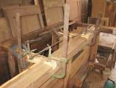 Bancone da lavoro antico durante il restauro