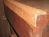 L'Uso di lamiera vecchia arrugginita per completare il banco da officina in stile industriale