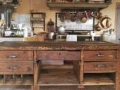 Banco falegname antico restaurato e collocato in cucina