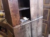 Armadietto antico durante il restauro
