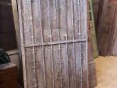 Porta rustica antica in ferro, vista lato posteriore