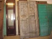 Vista anteriore del portone antico