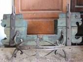 Parte di un'antico carro prima del restauro