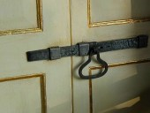 Porta antica laccata con doratura a foglia d'oro.