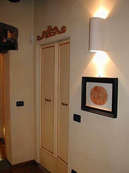 Porta vecchia laccata in avorio con filetto a foglia d'oro.