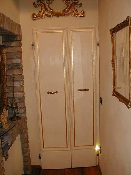 Porta vecchia restaurata e finita a laccatura.