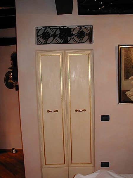 Piccola porta vecchia laccata a mano.