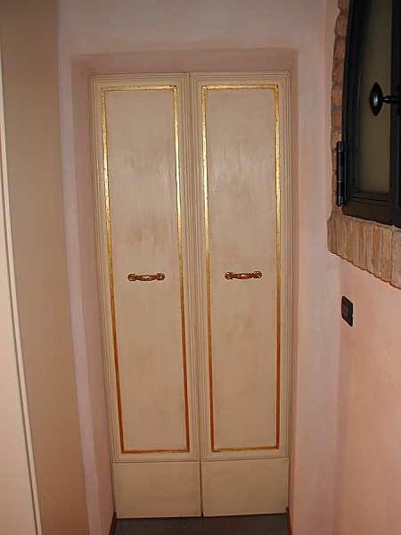 Vista inferiore porta restaurata e laccata a mano.
