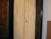 Vista posteriore porta antica rustica.