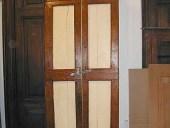 Vista anteriore porta antica rustica laccata