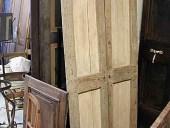 Porta antica rustica laccata prima del restauro.