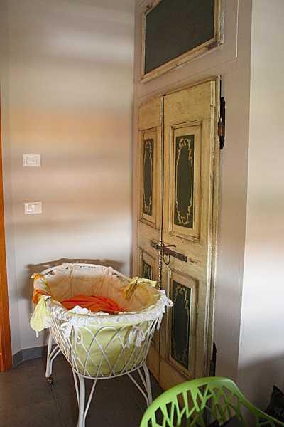 La porta laccata collocata nell'interno