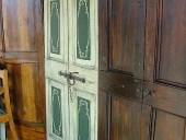 Vista d'assieme porta antica laccata e dipinta.