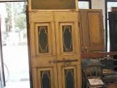 La porta rustica dipinta e laccata completa di sovrapporta.