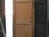 Piccola porta vecchia in abete prima del restauro.