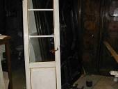 Altra vista della piccola porta antica laccata in bianco e restaurata.