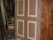 Coppia di antiche e rustiche porte laccate.