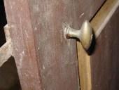 Dettaglio della maniglia in bronzo.
