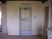 Una delle due porte laccate restaurata e collocata.