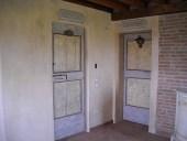 Le due porte vecchie restaurate e collocate nell'interno.
