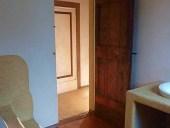 La porta antica laccata e collocata.