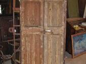 Una delle due vecchie porte prima del restauro.