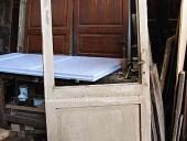 Vecchia porta laccata da restaurare