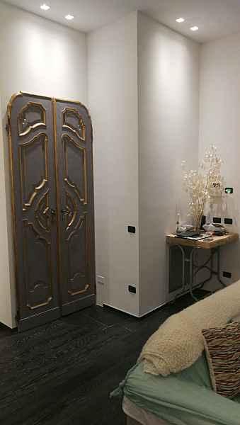 La porta antica rilaccata in colore grigio in interior design moderno