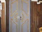 Vista posteriore porta antica laccata in colore grigio
