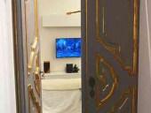 Porta antica laccata cambiata di colore arreda interno minimalista