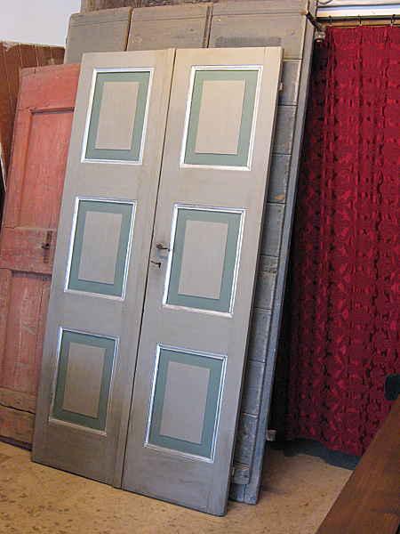 Porta per interni grigia; porta antica laccata in grigio verde e foglia di argento