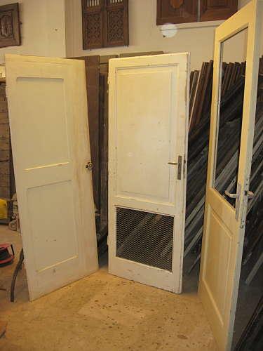 Le porte vecchie stile industriale pronte per essere montate