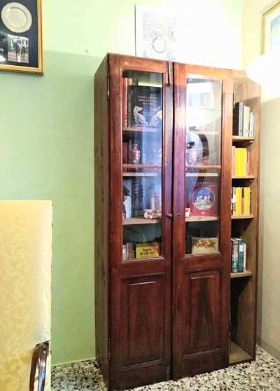 Da porta antica a giorno a mobile libreria