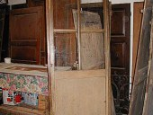 Porta antica dopo il restauro e la pulitura.