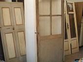 La piccola porta antica laccata montata sull'armadio