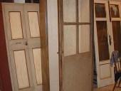 La porta montata sull'armadio aperto